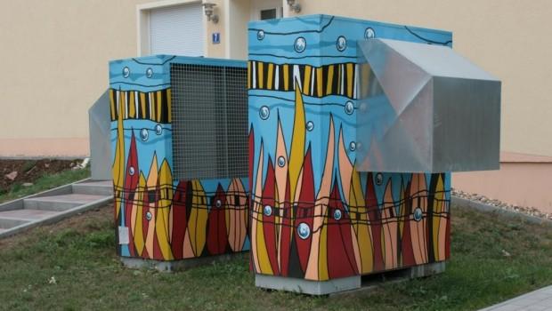 Wärmepumpe im Wohngebiet, hier kreativ aufgehübscht.